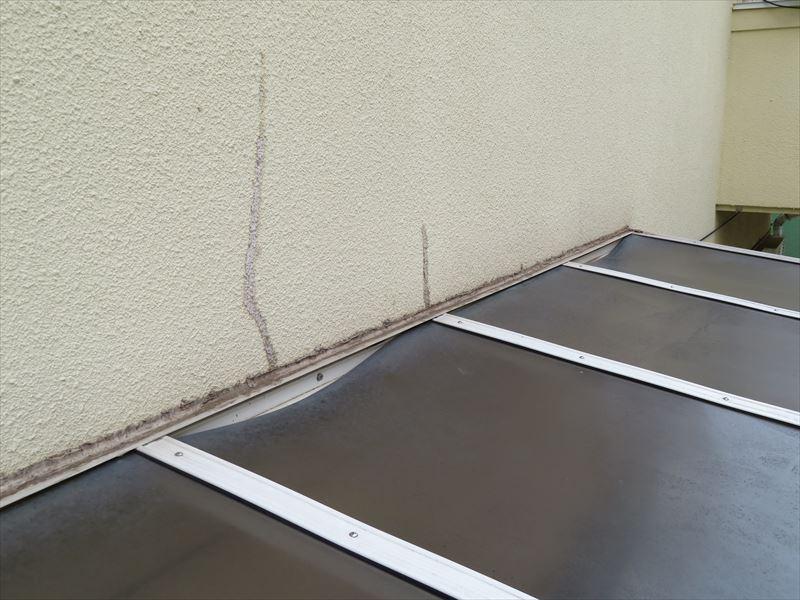ひび割れを補修したと思われる跡。屋根の部分はたわんでいるので雨漏りの原因になることがあります。