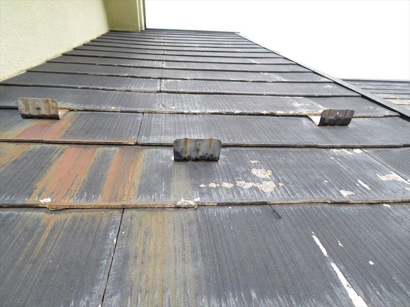 屋根に取付けた雪止めや金具類からサビが出たと思われる赤いシミがありました。