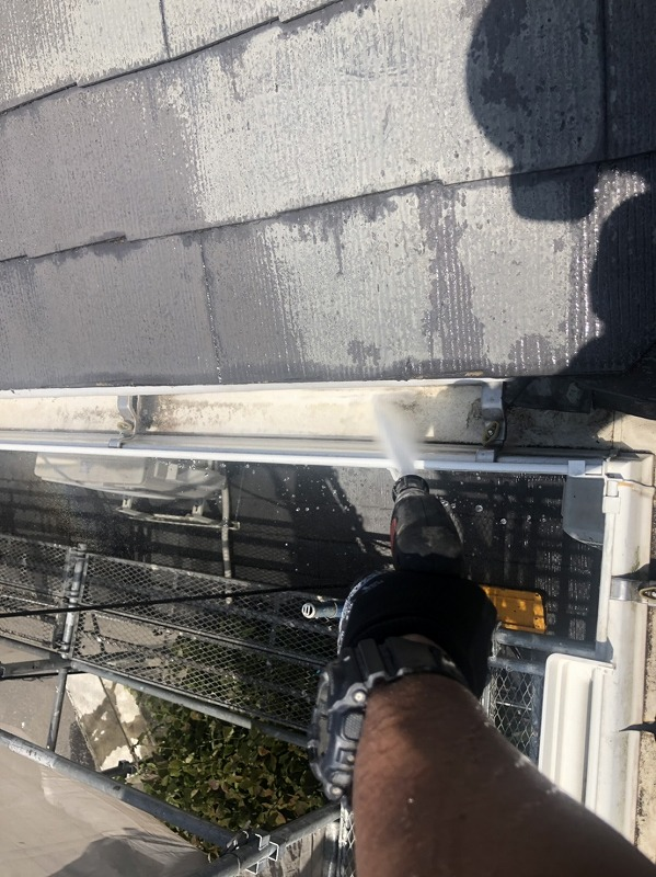 雨樋の汚れも高圧洗浄で丁寧に洗い流していきます。