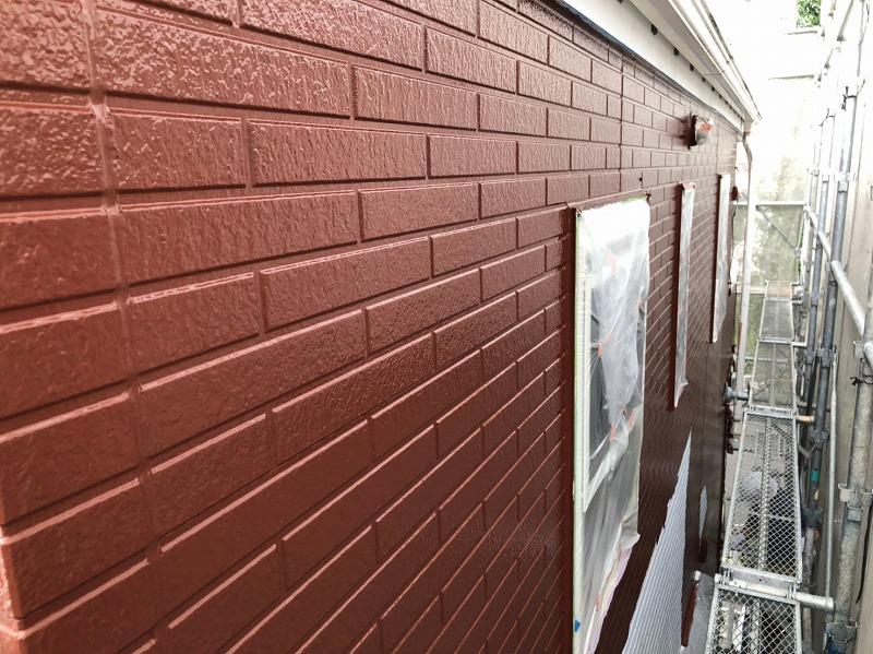 外壁の中塗りが完成しました。窓や換気口等は塗料がつかないように養生で覆っています。