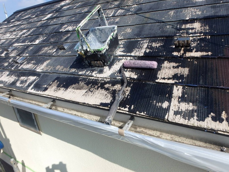 経年劣化で屋根の色が変わった部分があちこちにあります。下塗りではまだこの色の変化は隠せません。