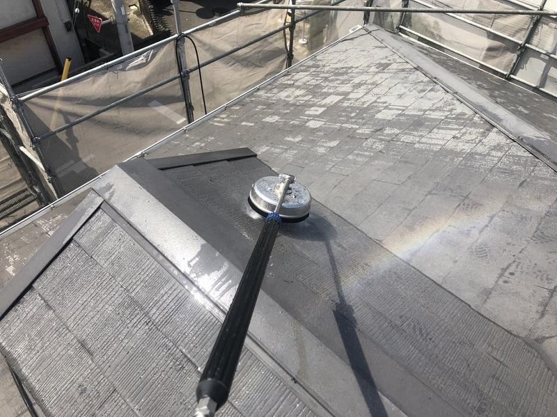 屋根の高圧洗浄をスタートしました。ブラシで洗い流すサーフェスクリーナーを使用しています。
