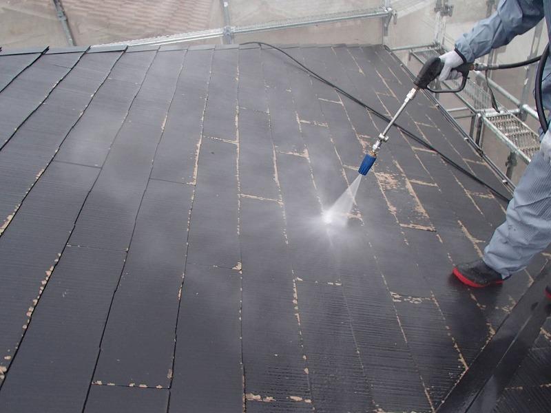 屋根の高圧洗浄をしています。汚れが落ちると、瓦の塗装の剥がれもよく見えます。