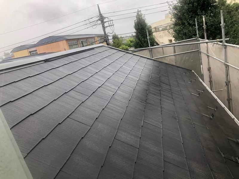 屋根の汚れを洗い流す高圧洗浄が終わりました。