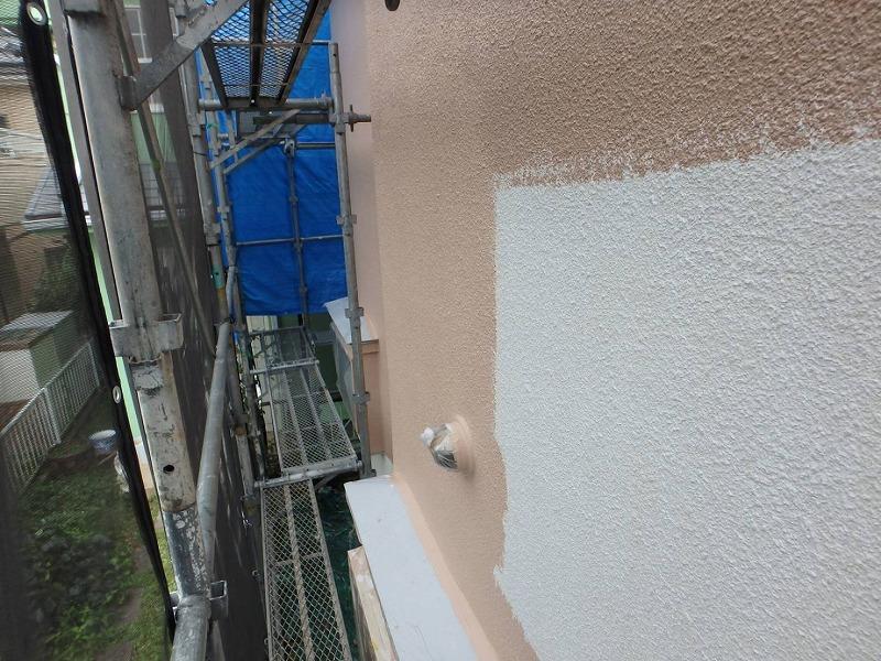 塗り残しが出ずきれいな仕上がりで効率的に動けるよう、ローラーの向きを縦や横にしています。
