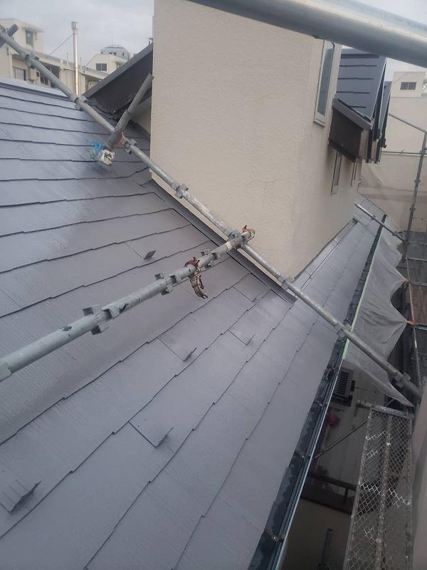 屋根の中塗りが完了しました。傾斜が強いので作業しやすいように屋根の上にも足場をかけています。
