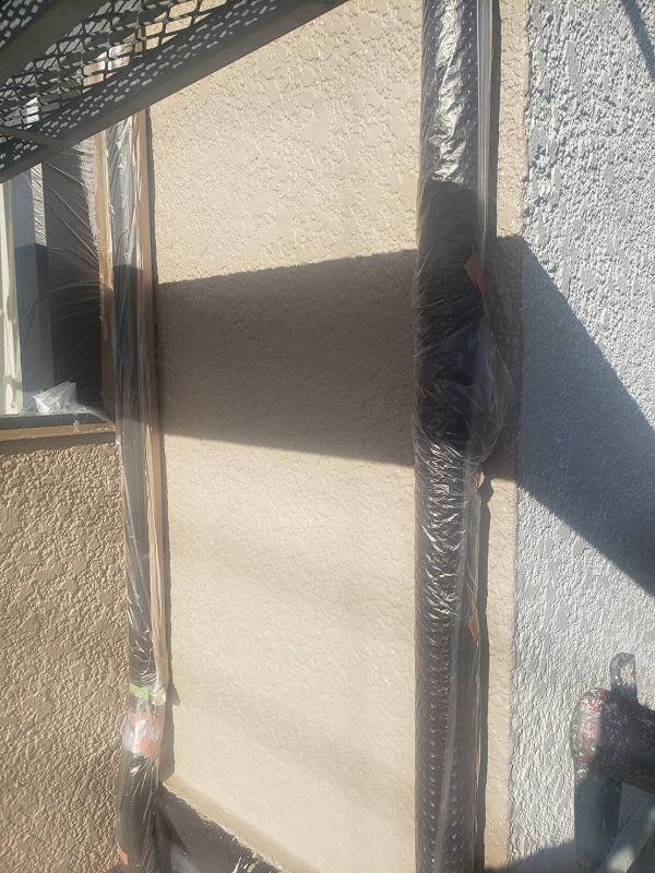 左側の外壁は中塗りが完了しました。このように塗る面を分けて作業を進めています。