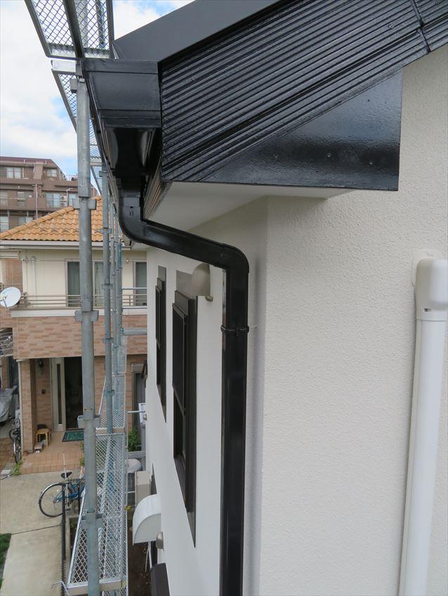 外壁や雨樋、窓枠や破風板を塗装しました。