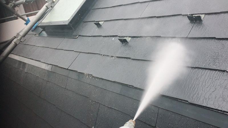 屋根の高圧洗浄を行いました。雪止めや出窓もきれいに洗います。