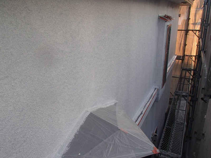 下塗り剤には、その上に塗る塗料の密着度を高める効果があるので丁寧に塗っています。