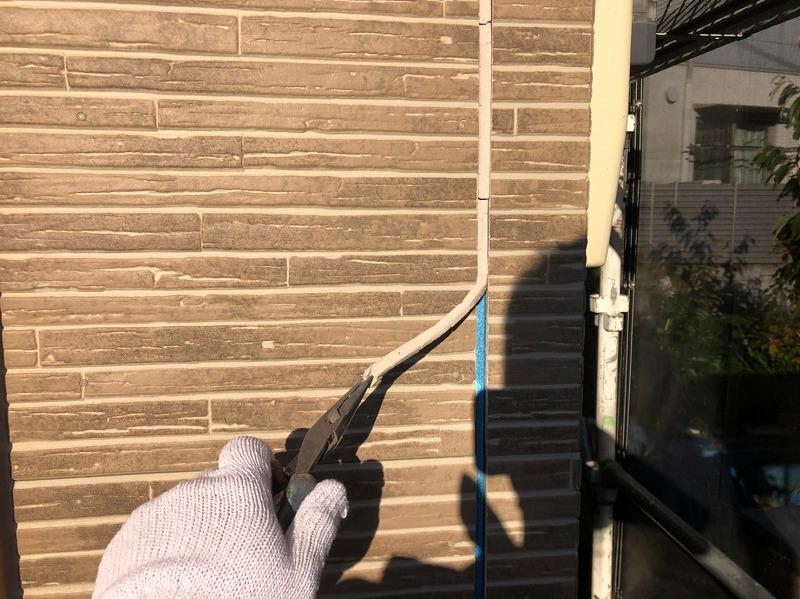 新しく外壁のシーリングを行うので、まずはペンチで引っ張って古いシールを取り除いていきます。