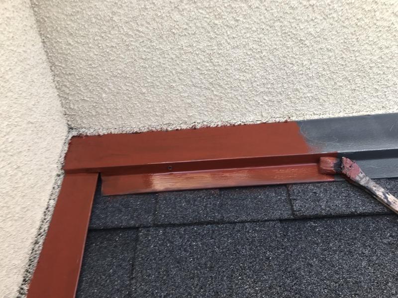 鉄部は下塗り剤の後に、赤い錆止め剤を塗っています。この後、中塗り・上塗りで仕上げます。