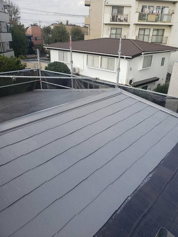 屋根の中塗りです。この時に屋根瓦の割れやひびがあれば補修をします。