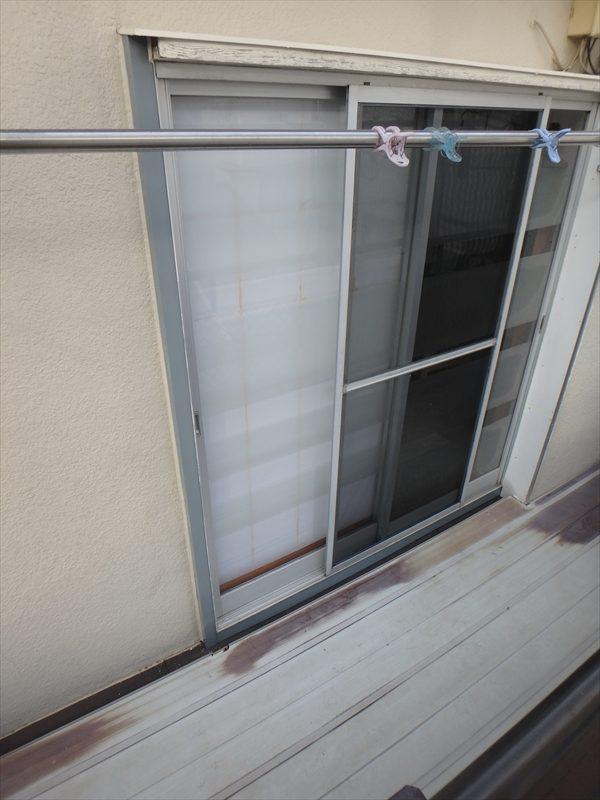 こちらはベランダの窓枠。板金の色はグレーですが、外壁と同時に塗装するので目立たなくなります。