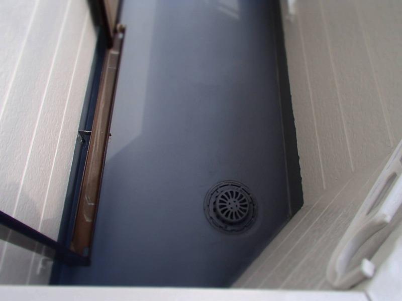 防水塗装は下塗り材を塗って、上塗で仕上げます。