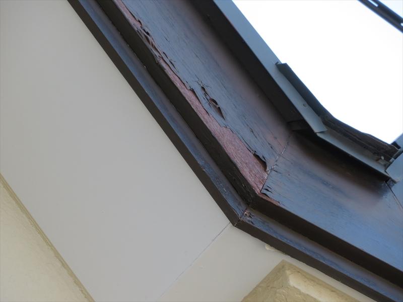 破風板の塗装が経年劣化で剥がれています。