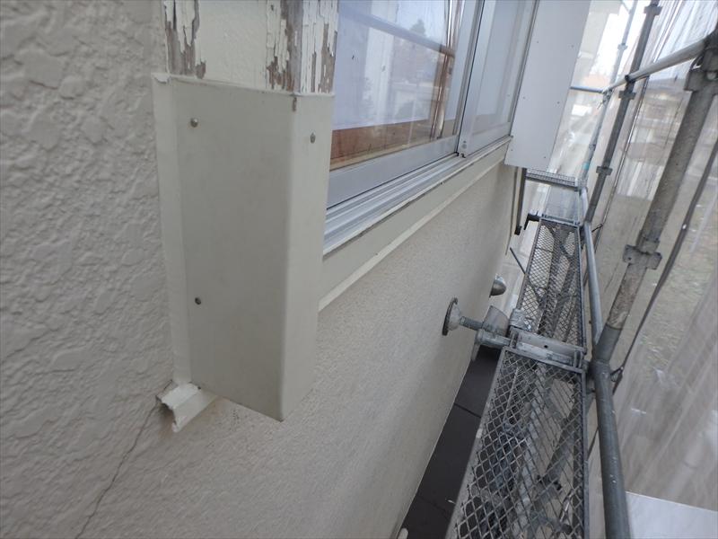 窓の木枠の劣化が激しかったため、板金をまいて補修しました。