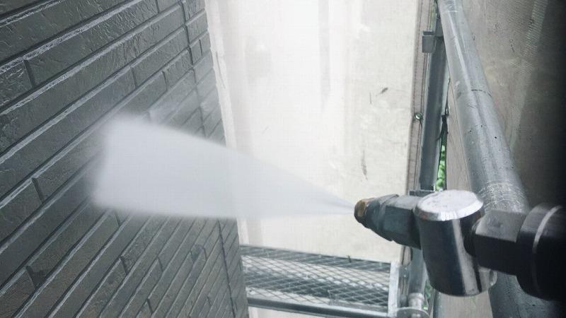 高圧洗浄で外壁の汚れをきれいに洗い流しました。