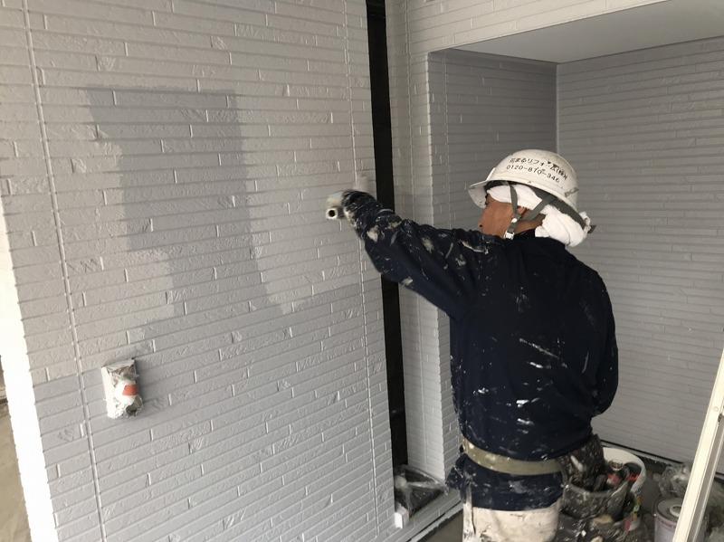 3回目の塗装は上塗りです。これで外壁の塗装は完了です。