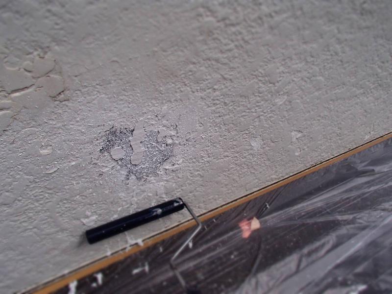 塀の塗装が膨れてはがれた部分は、同じ模様に仕上がるように模様を作ってから下塗りしました。