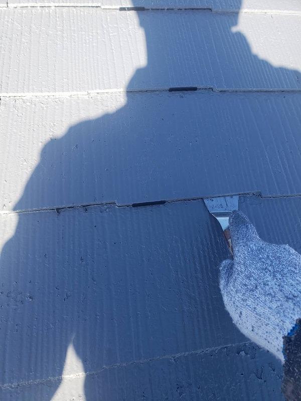 塗料で瓦の隙間が埋まるのを防ぐためにタスペーサーを差し込んでいます。