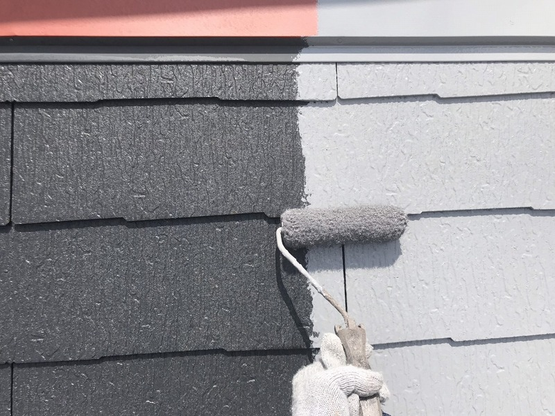 屋根の中塗りでは、棟板金も屋根と同じ塗料で塗っています。