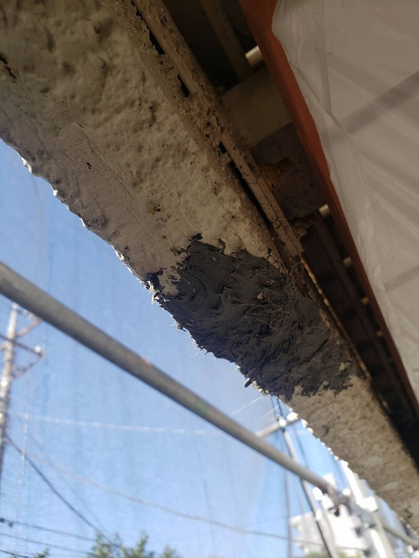 コンクリートボンドで埋め終わりました。この後の塗装で目立たなくなります。