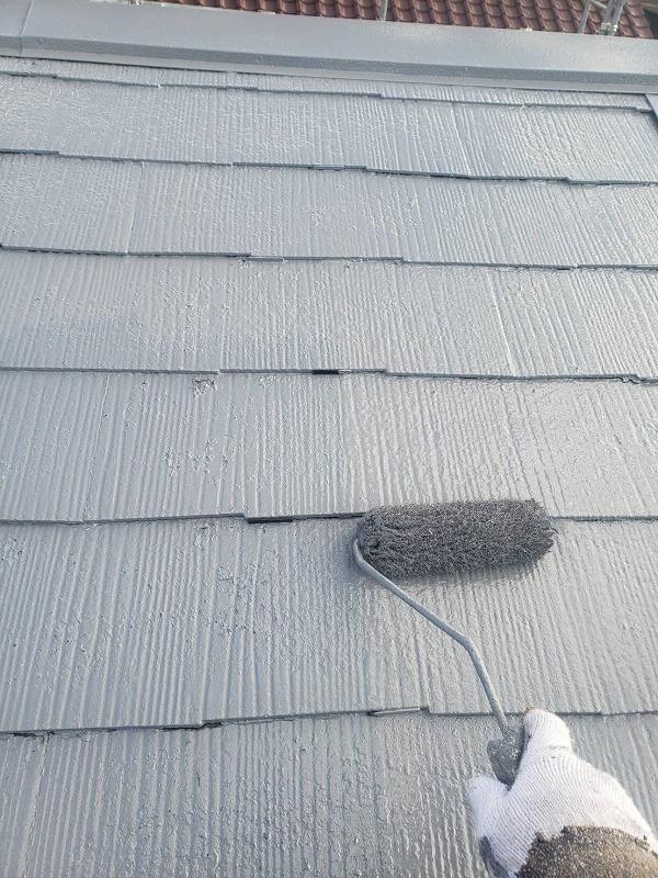 屋根の上塗りで、タスペーサーごと塗ると、タスペーサーが目立たなくなります。