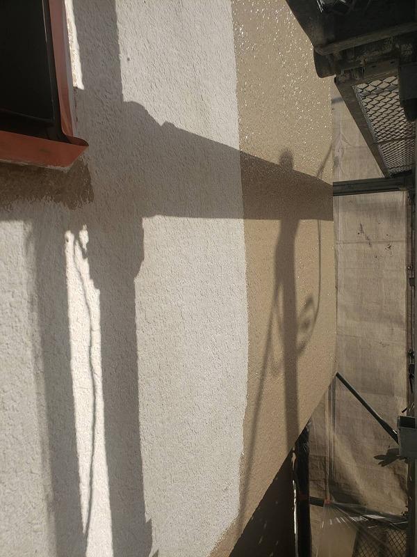 外壁の中塗りをしています。