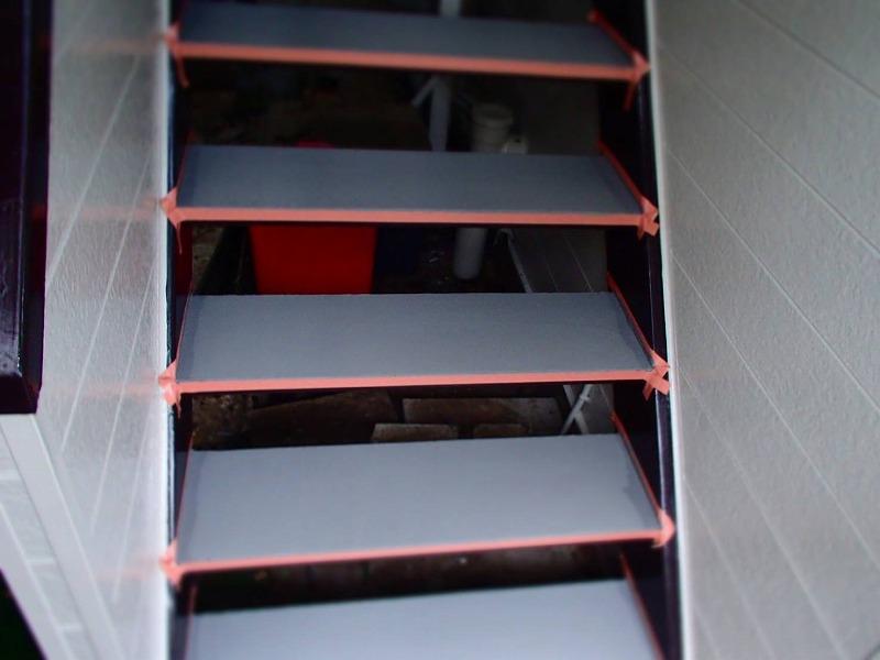 2階へ上がる階段部分も塗装しました。