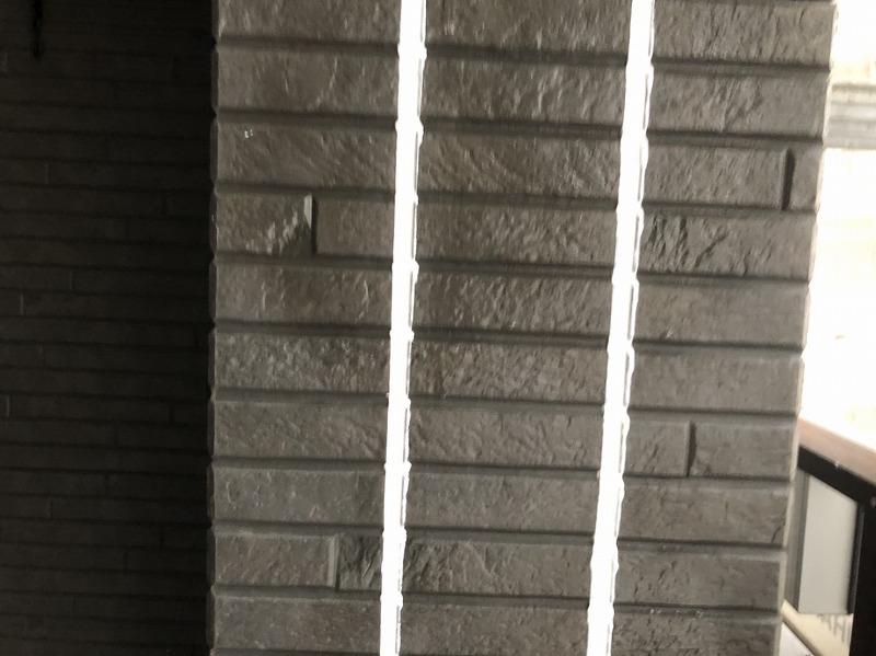 打設したシールをヘラでならし、乾燥させた後に養生のテープを剥がしてシール交換が完了です。