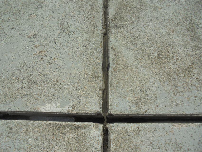 ベランダの防水再塗装工事を行うため、目地の部分のゴムを取り除いていきます。
