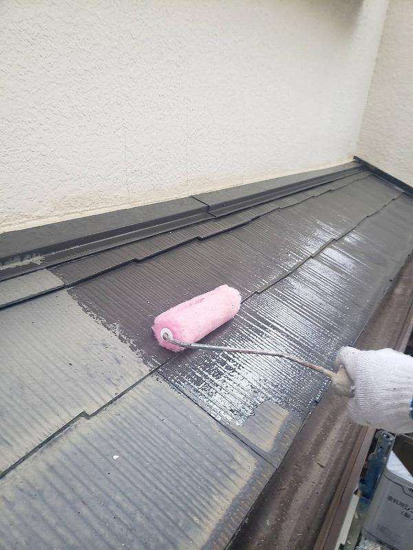 こちらは下屋根の下塗り作業です。