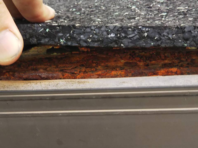 出窓のトタン屋根に雨音の消音のためゴムシートが敷いてあり、トタン部分は錆びていました。