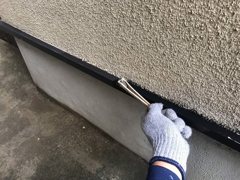 鉄部はケレン作業の後、下塗り材を塗ってその後の塗料の密着性を高めます。