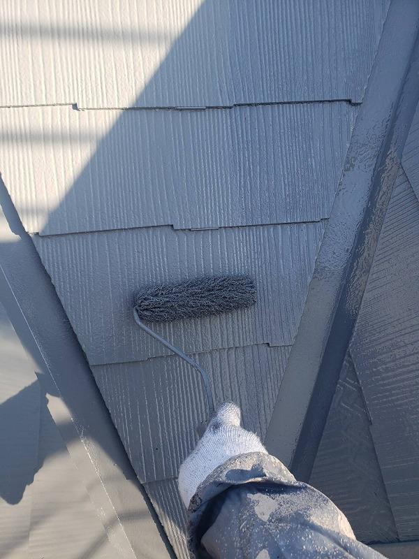 屋根の上塗りをしています。タスペーサーも塗ってしまうので、タスペーサーの黒も目立たなくなります。