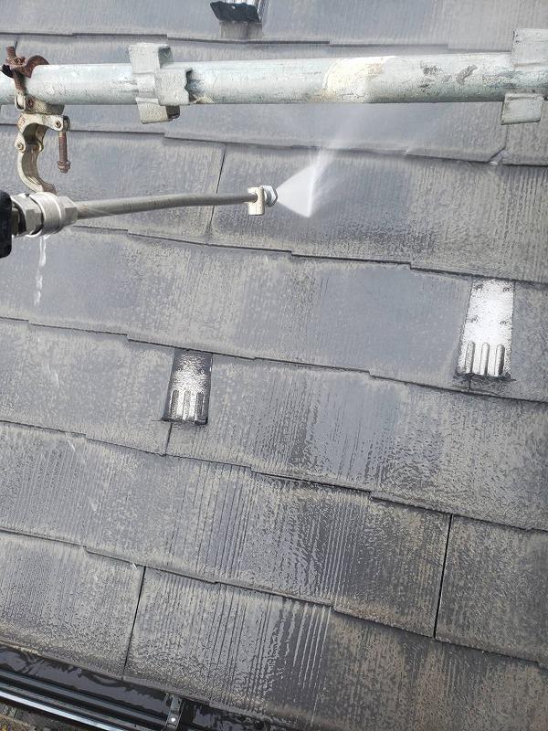 屋根の高圧洗浄をしています。