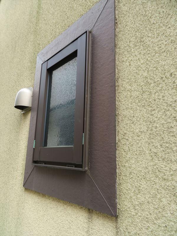 窓の飾り枠や換気口の真下部分と側面では汚れ具合が違っています。