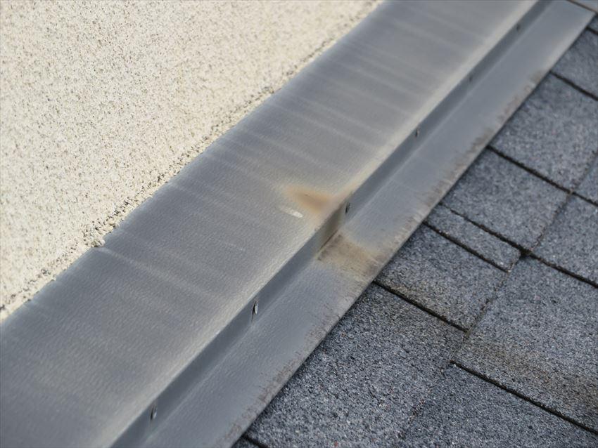 屋根の板金部分にサビが出ていて、サビが雨で流れた跡がついています。