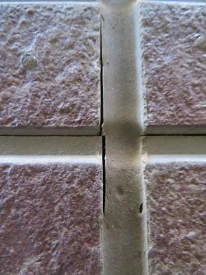 外壁のサイディングの目地を埋めているシールが切れていました。