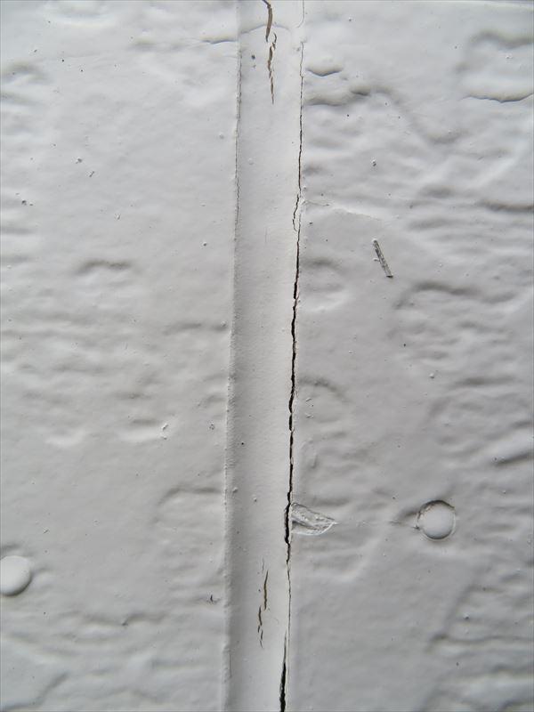サイデイングの外壁部分のシールには裂け目が入っていました。
