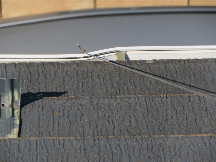 アンテナを固定している針金が雨樋を変形させていました。
