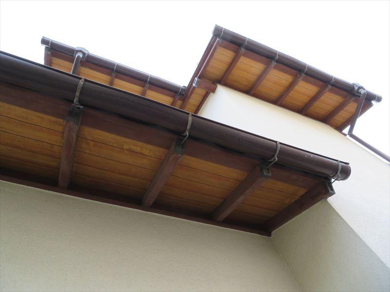 軒裏は板材なので、木材を活かした塗装にするか相談が必要です。