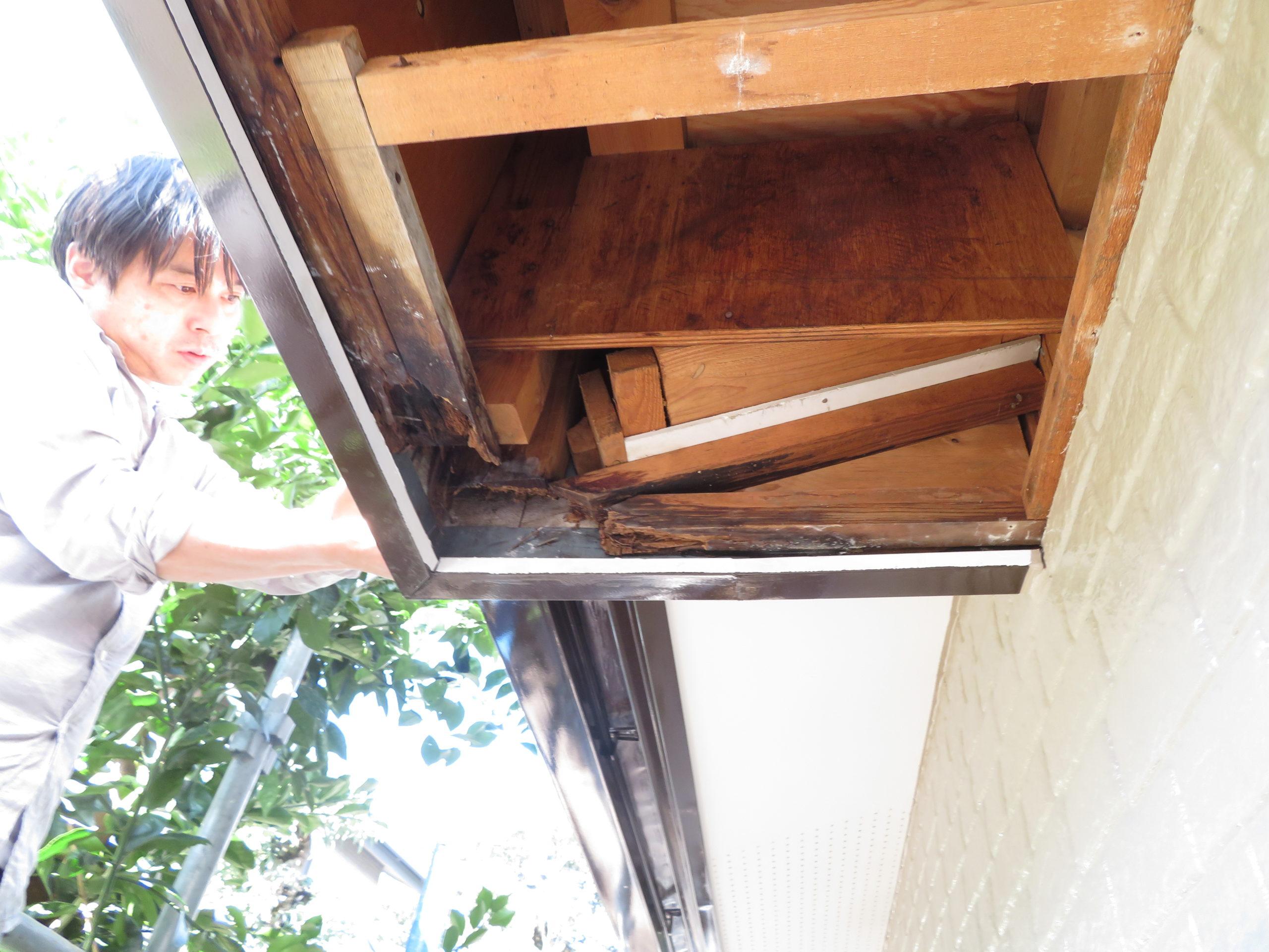 雨漏りの原因である外壁の穴は下の方についていたので、土台の大部分は無事でした。穴を塞いで軒裏を作ります。