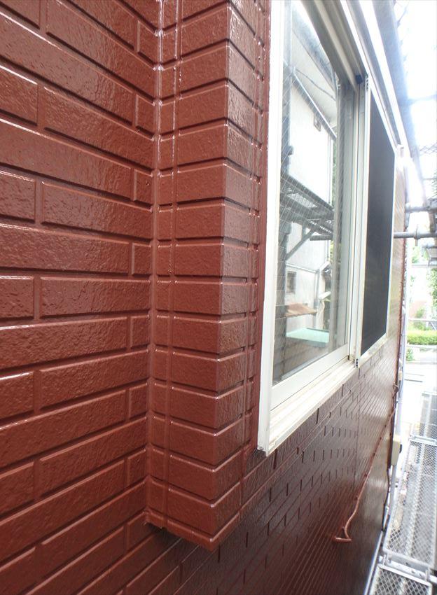 窓との境目や壁の直角に曲がっている部分もきれいに塗装しています。
