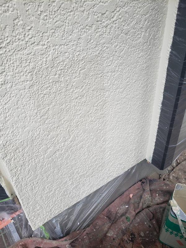 よく見ると外壁の上塗りと中塗りの違いが分かります。