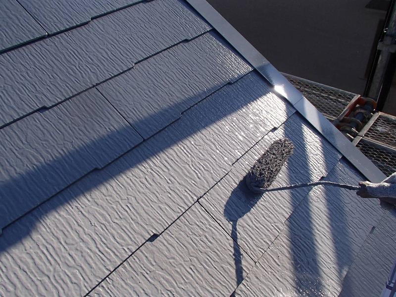 屋根の上塗りです。中塗りはまだ艶が中途半端ですが、上塗りをすると艶がはっきり出てきます。