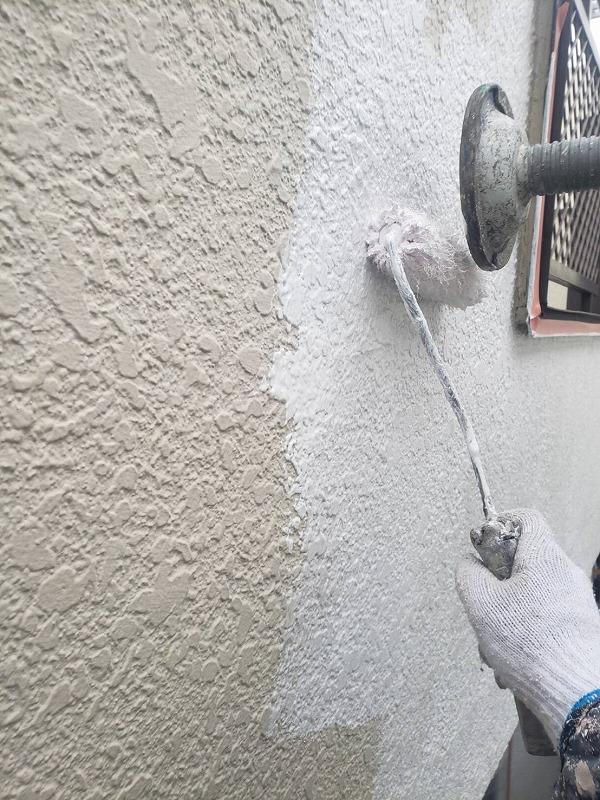 外壁の下塗りを行いました。塗料の密着を良くする効果があります。
