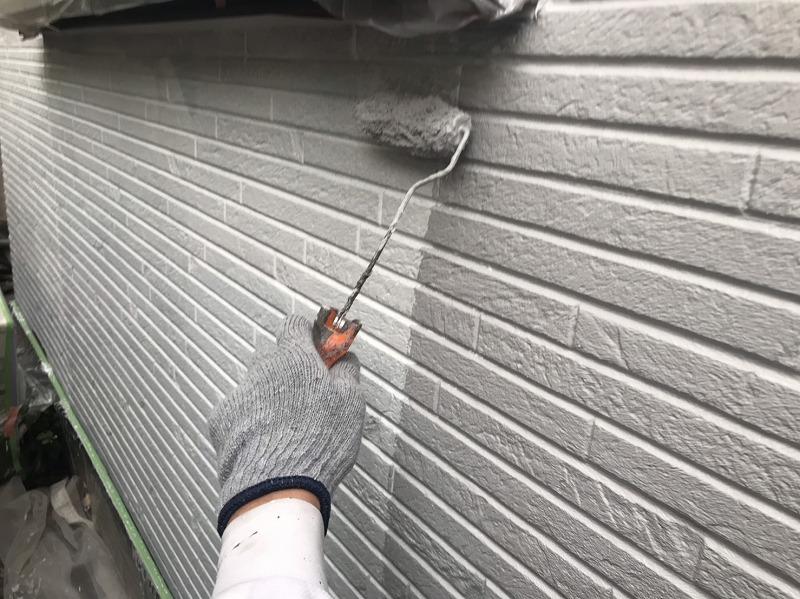 こちらも中塗り中。外壁の段差で塗り漏れが出ないように丁寧に塗っていきます。
