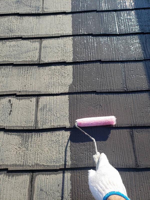 屋根の下塗りを行いました。ローラーで丁寧に塗っていきます。
